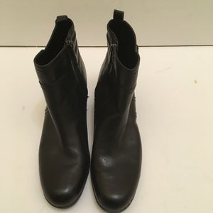 BANDOLINO BLACK LEATHER BUCKLE BOOTIES. SIZE 8.5M